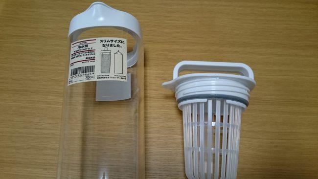 使い方は簡単で、上の蓋部分にお茶っぱを入れるものがあるので、そこにいれて、水を入れてしばらく置いておくだけ!